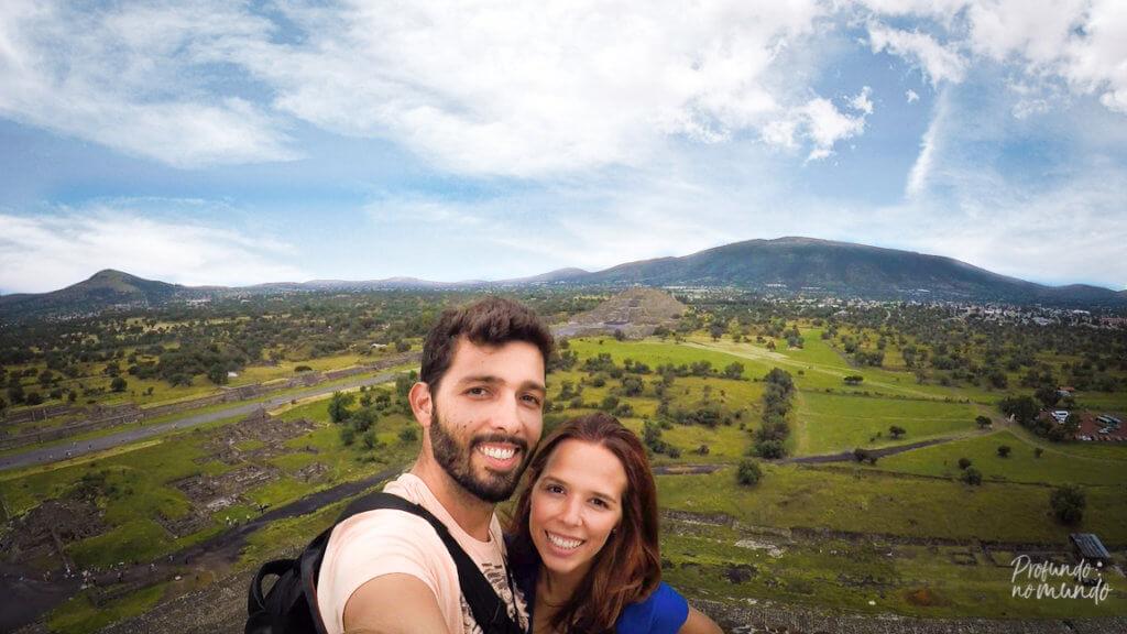 Profundo no Mundo no topo da Piramide do Sol, em Teotihuacan - Cidade do México