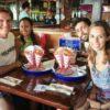 Com nossos amigos no Bubba Gump - Cancún, México