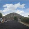 Entrada de Teotihuacán, com a Pirâmide do Sol ao fundo.
